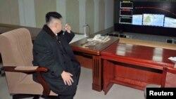Новый лидер Северной Кореи Ким Чен Ын наблюдает на командном пункте за запуском спутника. 12 декабря 2012 года.