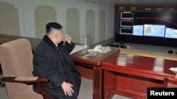 Ким Чен Ун дар маркази назорати парвозҳои кайҳонӣ (12.12. 2012)