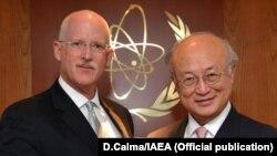 هنری انشر (چپ) نماینده آمریکا همراه با یوکیو آمانو، مدیرکل آژانس بینالمللی انرژی اتمی