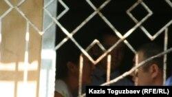 """Тіркелмеген """"Алға"""" партиясының белсенділері Айжангүл Әмірова (сол жақта), Кенже Әденов (оң жақта) Алмалы аудандық ішкі істер басқармасында қамауда отыр. Алматы, 19 тамыз 2009 жыл."""