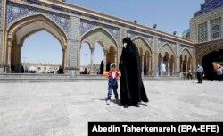 Паломники возле усыпальницы одного из шиитских святых на юге Тегерана. 25 мая 2020 года
