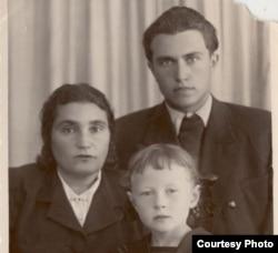 Евгения Гинзбург с сыном и приемной дечерью