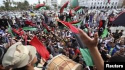 Libijci slave nakon što su dobili informaciju da je Moamer gadafi ubijen u Sirtu, Tripoli, 20. oktobar 2011.