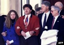 Билл Клинтон с дочерью Челси и братом Роджером на похоронах матери, 1994 год