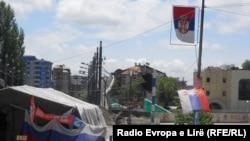 Barrikada mbi urën e lumit Ibër e ngritur nga serbët lokal. Për institucionet e Kosovës shihet si një pengesë në lirinë e lëvizjes, e për politikanët serbë të veriut, si simbol i ndarjes nga pjesa jugore dhe Republika e Kosovës.