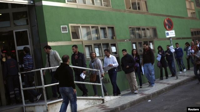 People wait in line to enter a government job center in Malaga, Spain. (file photo)