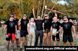 Вже покійний доброволець �Азову� з Латвії Уріс Вісневецкіс тримає в руках сокиру, поруч зі своїм комбатом Андрієм Білецьким