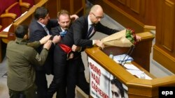 Потасовка в Верховной Раде Украины во время выступления премьер-министра Арсения Яценюка. Киев, 11 декабря 2015 года.