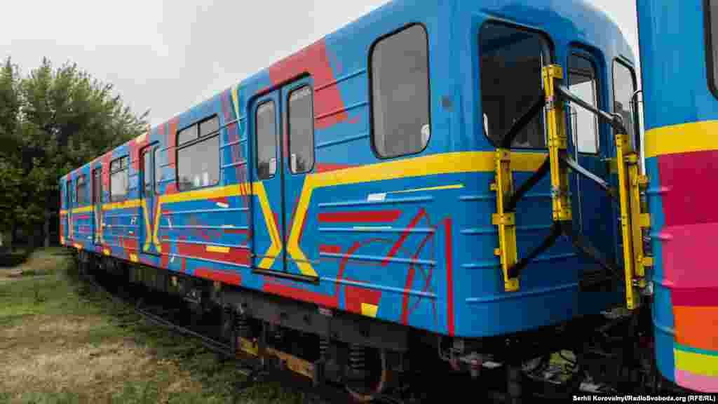 Вже скоро розфарбований потяг почне курсувати однією з гілок столичного метрополітену