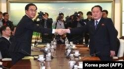 Түштүк жана Түндүк Кореянын делегациялары жолугушууда, 09.01.2018