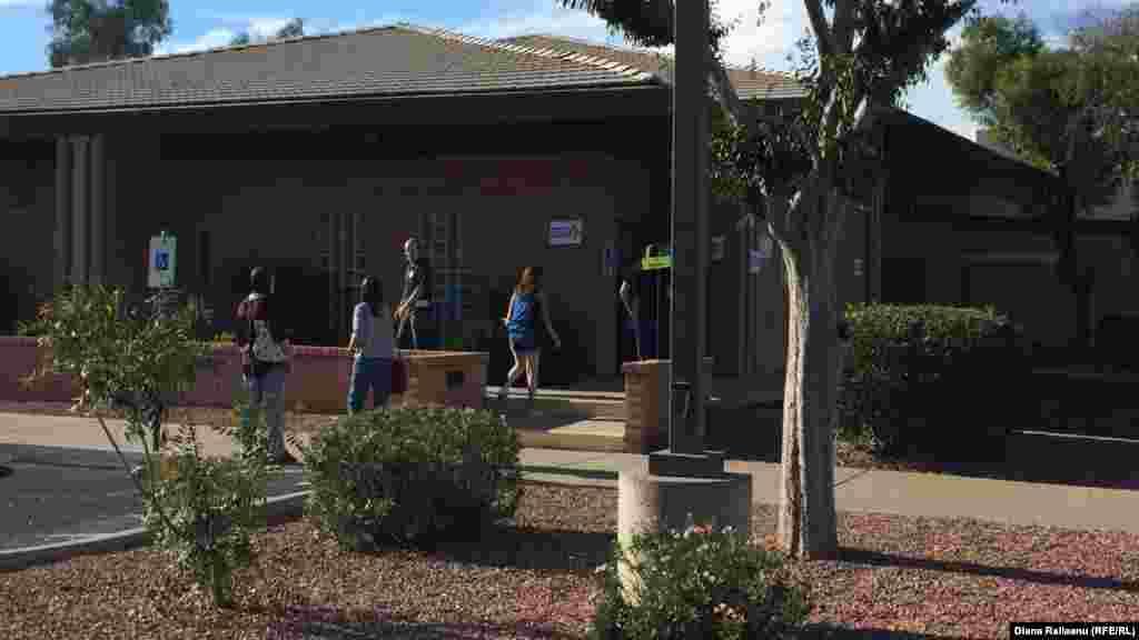 O secție de votare din Arizona. Legea statului permite filmarea și fotografierea secțiilor de votare de la o distanta de cel puțin 75 de pași
