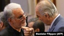 Руководитель официальной сирийской делегации, постоянный представитель Сирии при ООН Башар аль-Джафари (справа) и заместитель министра иностранных дел Ирана Хусейн Ансари. Астана, 15 сентября 2017 года.