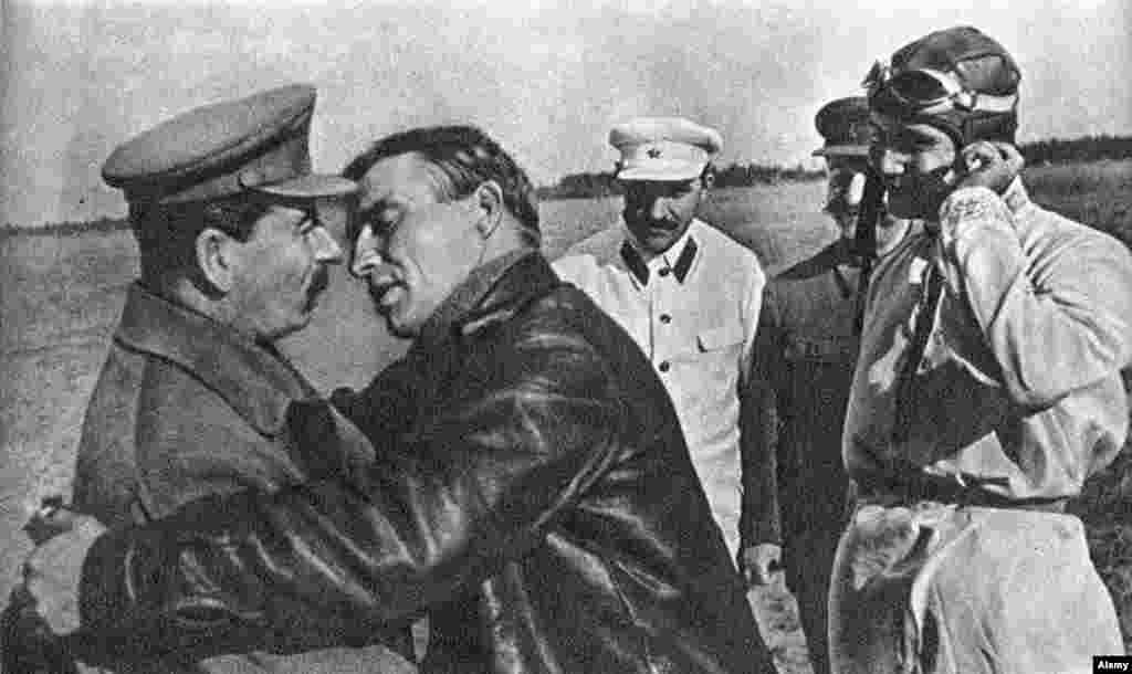 Пилот Валерий Чкалов пытается поцеловать Иосифа Сталина, 1936 год.