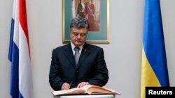 Президент Порошенко делает запись в книге соболезнований посольства Нидерландов на Украине