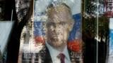 Портрет Путина в витрине книжного магазина в оккупированном Симферополе