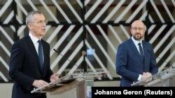 Брюссел, 26 феврал. Дабири кулли НАТО Йенс Столтенберг (аз чап) ва раиси Шӯрои Аврупо Шарл Мишел