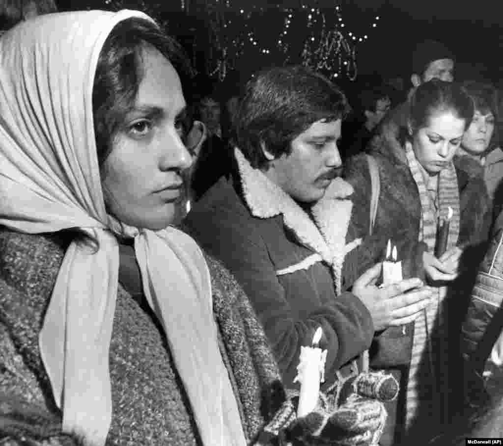 Деякі з 400 людей, які несуть свічки, зібралися 10 грудня 1980 року на вечір при свічках у Boston Common, на згадку про музиканта Джона Леннона. Багато з них співали мелодії, пов'язані з Ленноном та «Бітлз»