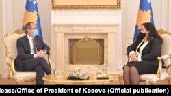 Вршителот на должноста претседател на Косово Вјоса Османи и премиерот Авдулах Хоти