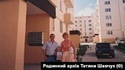 Татьяна Шевчук с семьей рядом с домом, в котором им предоставили служебную квартиру, 2007 год