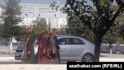 Женщины в масках, Ашхабад. август, 2020