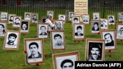 Zahra Seifan depune o floare la fotografia unui prieten executat în timpul represiunii opozanților politici iranieni din 1988.