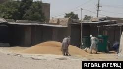 گندم برای فروش در مقابل یک دکان در جوزجان