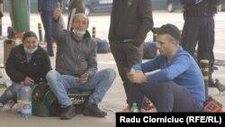 Alberto Mihai Gogu, așteptând la aeroport să plece către un loc de muncă în Germania. Ce i s-a întâmplat la abatorul Toennies vedeți în documentarul video de mai jos.