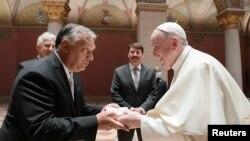 Віктор Орбан привітав папу Франциска в Музеї образотворчих мистецтв, і вони провели приватну зустріч, на якій також були присутні президент Угорщини і представники Ватикану