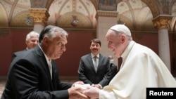 Папа римский Франциск (справа) и премьер-министр Венгрии Виктор Орбан на встрече в Будапеште, 12 сентября 2021 года