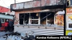 Сгоревшая точка фастфуда в Караколе. 10 января 2021 года.