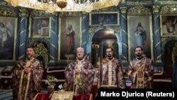 Священнослужители в соборной церкви в Белграде. 17 апреля 2020 года.