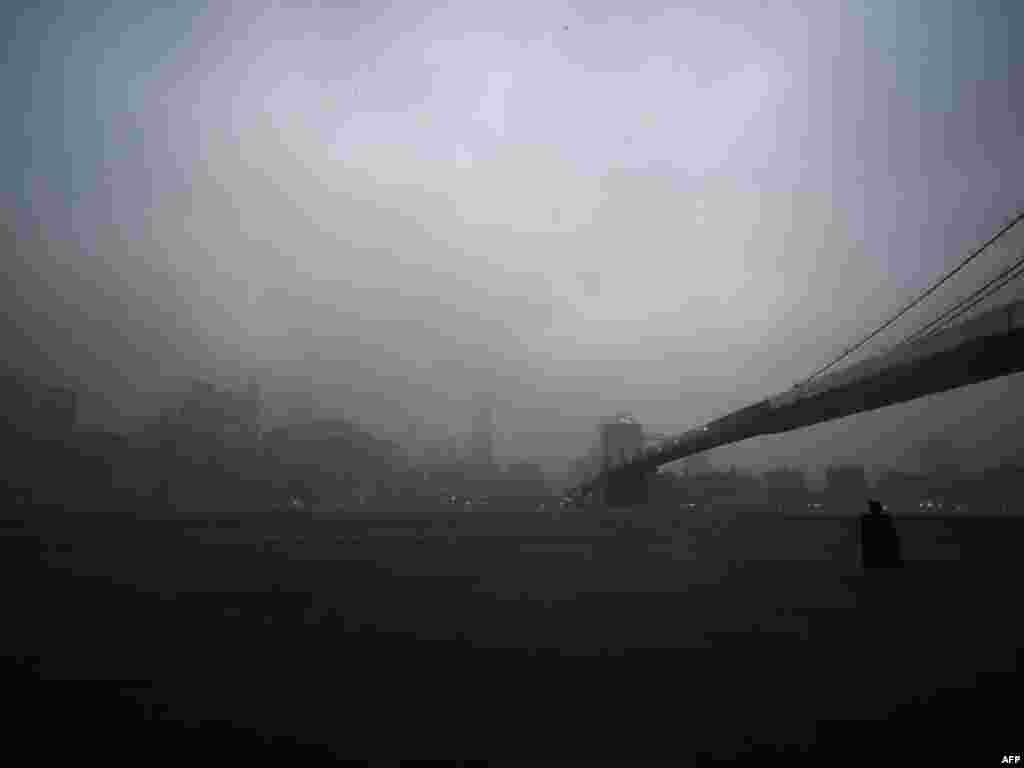Бура над Мангэтанам і Бруклінскім мостам у Нью-Ёрку 28 жніўня, калі ураган Айрын абрынуўся на ўсходняе ўзьбярэжжа ЗША, забраўшы як найменей дзевяць жыцьцяў.