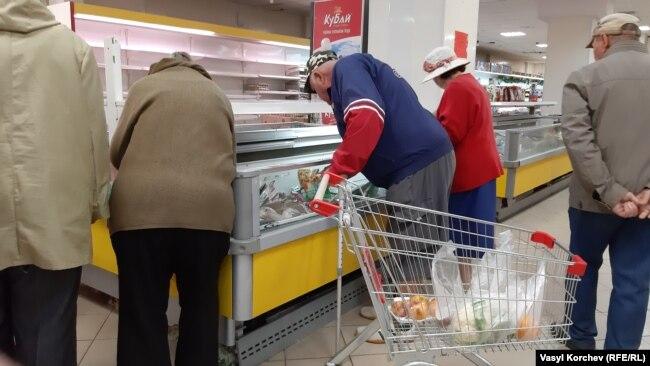 Пенсионеры в супермаркете Керчи, архивное фото