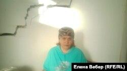 Құлағалы тұрған үйде өмір сүріп жатқан Жанар Досмайлова. Жезқазған, 6 қазан 2020 жыл.
