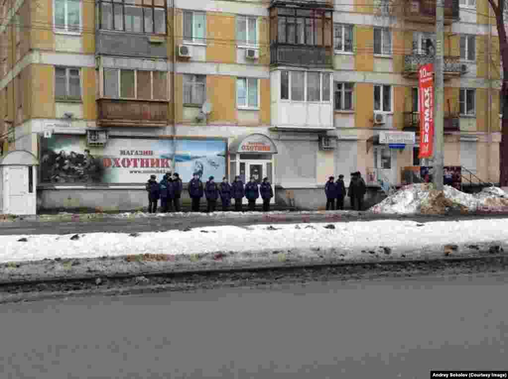 Самарда полиция Олимпия уты эстафетасын көтә.