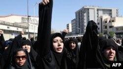 Protest geçirýän eýranlylar.