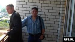 Балалар үйінің түлегі Анатолий Романов өзіне бөлінбекші пәтердің балконында «Алға» партиясының белсендісі Мақсат Айсаутовпен бірге тұр. Орал, 30 тамыз 2009 жыл.