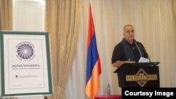 Րաֆֆի Հովհաննիսյանը ելույթ է ունենում «Ժառանգության» 10-րդ համագումարում: Երևան, 28-ը հունիսի, 2014 թ.