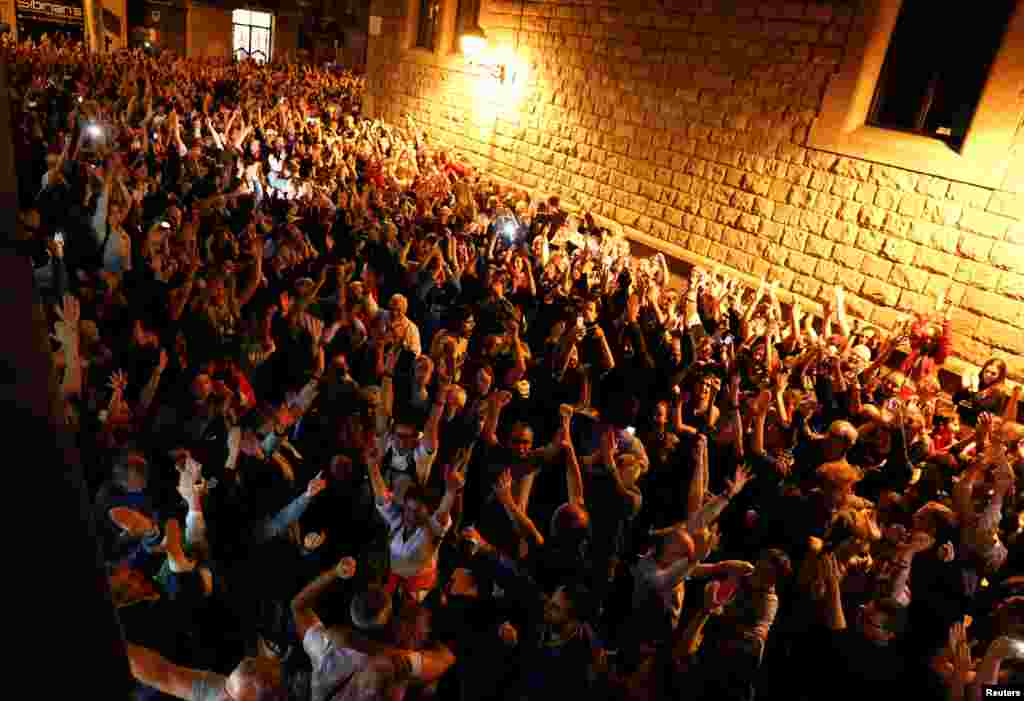 Согласно опросам, за независимость Каталонии выступало меньше жителей региона, чем против нее – около 40 процентов, – но за проведение референдума о такой независимости выступило подавляющее большинство жителей Каталонии