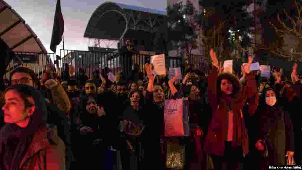 Протестувальники в університеті імені Шаріфа в Тегерані скандують: «Наш лідер невіглас, нам за нього соромно», 11 січня 2020 року.