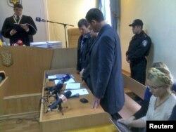Юлия Тимошенко (справа) во время чтения приговора