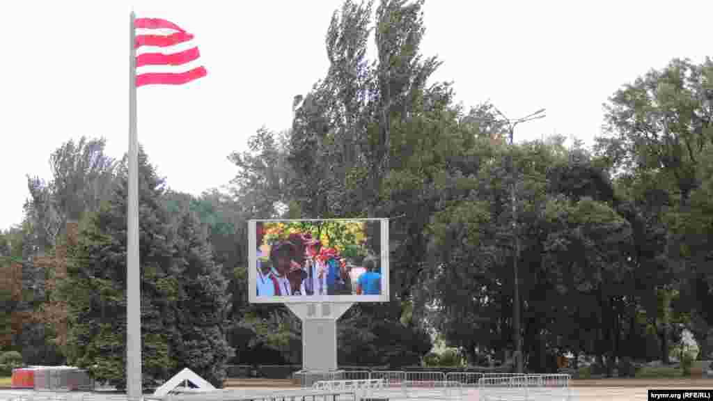Из-за шквального ветра российская администрация Керчи отменила мероприятия, запланированные на центральной площади Ленина, в честь Дня города и годовщины присвоения Керчи звания «город-герой»