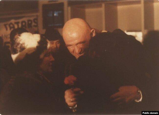 Петр и Зинаида Григоренко встречают Айше Сеитмуратову в аэропорту