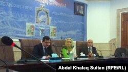 من اليمين، القاضي محمد شرفاني والباحثة فيان خالد والناشط إسماعيل طاهر يتحدثون في الندوة