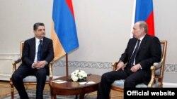 Dстреча премьер-министра Армении Тиграна Саргсяна (слева) с главой российского правительства Владимиром Путиным. Санкт-Петербург, 22 декабря 2010 г.