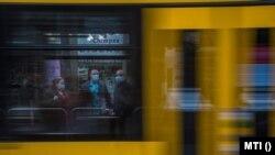 Védőmaszkot viselő utasok a Wesselényi utca villamosmegállóban Budapesten, 2020. április 27-én.