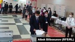 Президент Садыр Жапаров на голосовании, 11 апреля 2021 г.