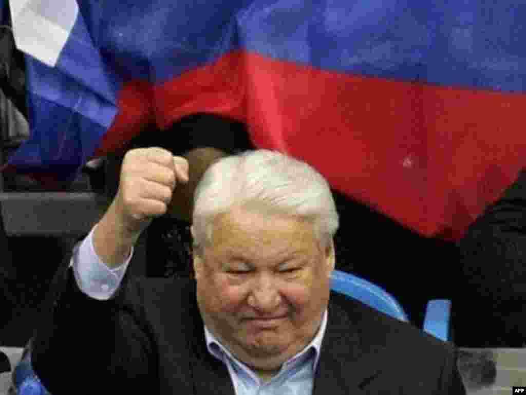 در سال ۲۰۰۶، بوريس يلتسين در جام تنيس ديويس مسکو به هوادارانش ابراز احساسات می کند.