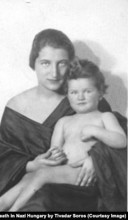 """Элизабет Сорос, жена Тивадара, и их сын Пол, 1926 год. Фото из книги Т.Сороса""""Маскарад. Игра в прятки со смертью в нацистской Венгрии"""""""