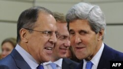 Державний секретар США Джон Керрі (праворуч) і міністр закордонних справ Росії Сергій Лавров